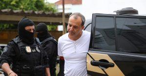 Sérgio Cabral sendo levado pelo operativo da Operação Lava Jato - Geraldo Bubniak/Agência O Globo