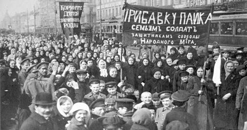 Protesto de milhares de operárias na Rússia em 8 de março de 1917 - Reprodução