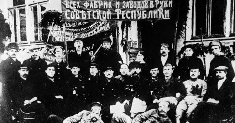 Trabalhadores de um moinho de tecelagem na Rússia de 1917 - Credit RIA Novosti/Sputnik via Associated Press