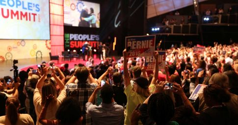 Sanders no encontro People's Summit em Chicago.  Chris Kenning - Reuters