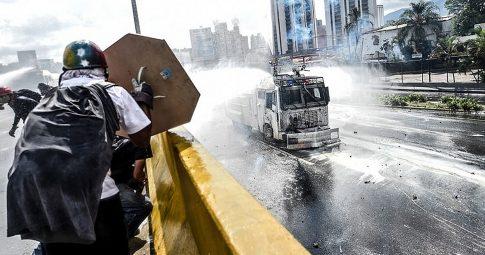 Manifestante durante protesto na Venezuela - Reprodução