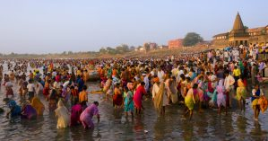 Indianos se banham na região de Pandurpur - Reprodução