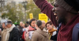 Manifestante em Lisboa pelos Direitos Humanos em Angola - Foto: Ricardo Rodrigues da Silva