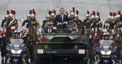 O presidente francês Emmanuel Macron desfila na avenida Champs Elysées - Michel Euler/AP