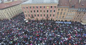 Mulheres tomam as ruas de Varsóvia, na Polônia, contra proposta parlamentar de criminalização do aborot -/ Czarek Sokolowski / AP Photo