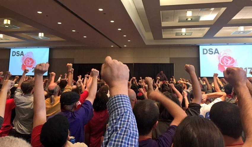 Os punhos se levantaram na maior reunião socialista desde a Segunda Guerra
