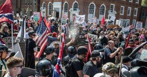 Embate entre supremacistas brancos e militantes antirracistas em Charlottesville - Edu Bayer / The New York Times