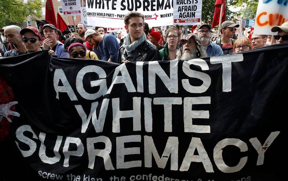 Supremacia branca em Charlottesville como subproduto de uma crise mundial
