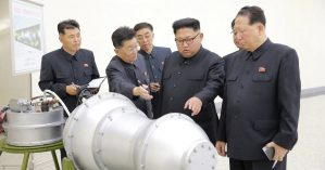 Kim Jong-Un inspeciona suposta bomba de hidrogênio para míssil -KCNA / REUTERS)