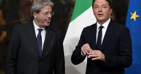 Paolo Gentiloni, primeiro-ministro italiano, e Matteo Renzi, seu antecessor.