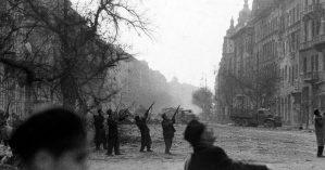 Rebeldes combatem nas ruas de Budapeste - Michael Rougier—The LIFE Picture Collection/Getty Images