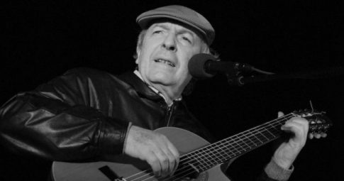 Viglietti em seu show em Aguas Dulces, Argentina, 2007  - Wikipedia