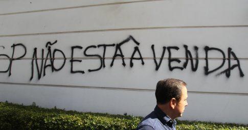 João Doria com muro de sua casa ao fundo - Estadão