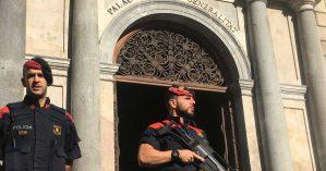 Policiais espanhóis em frente à sede do governo catalão - Reprodução