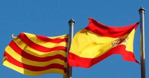 Bandeiras da Catalunha e da Espanha - YVES HERMAN / REUTERS