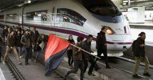 Ocupação de uma linha do Ave por estudantes universitários. Crédito: Toni Albir/EPA