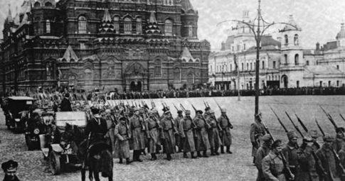 Tropas bolcheviques na Praça Vermelha.