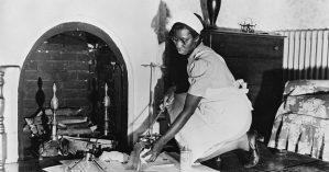 Trabalhadora doméstica limpa lareira em foto tirada em 1942 nos EUA - Library of Congress