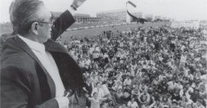 Florestan Fernandes se desfaz de sua gravata em manifestação durante a Assembleia Constituinte - Cia da Memória.