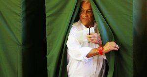 Sebastian Piñera vota em em escola na capital chilena - Reuters/Ivan Alvarado