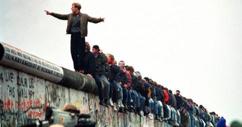 Pessoas em cima de restos do muro em 11 de novembro de 1989. Crédito: Getty Images