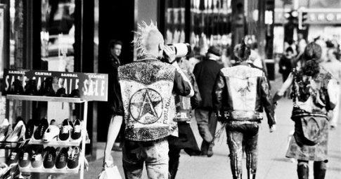 Punks caminham na cidade de Manchester em foto do fim dos anos 70 - Reprodução
