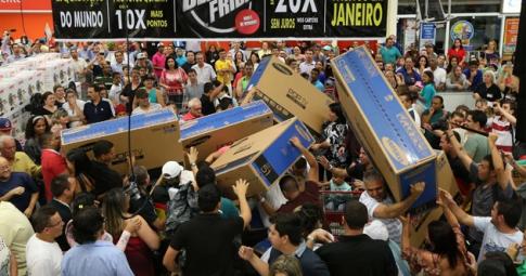 """Consumidores se disputam por produtos em hipermercado em São Paulo na """"Black Friday"""" em 2014 - Reprodução"""