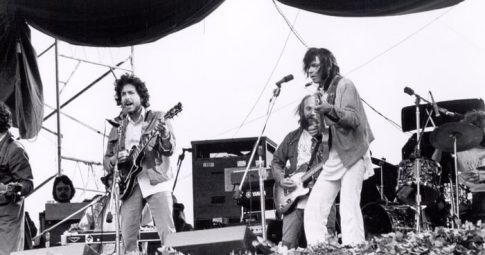 Bob Dylan e Neil Young tocam durante concerto em San Franciso em 1975 - Reprodução