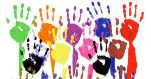 Mãos levantadas em tinta acrílica. Crédito: Getty Images/iStock Photos