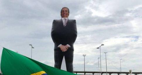 Boneco inflável em homenagem à passagem de Bolsonaro pelo Amazonas - Fabio Maisonnave/Folhapress