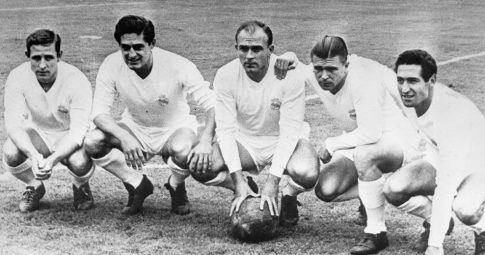Os jogadores do time galático do Real Madrid de 1956-60, Raymond Kopa, Héctor Ríal, Alfredo di Stéfano, Ferenc Puskás e Francisco Gento - Getty Images