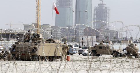 Tanques na Praça Pérola, no Bahrein - Associated Press