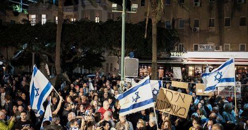 Manifestantes tomam ruas de Tel Aviv contra o primeir-ministro israelense Benjamin Netanyahu - Tomer Neuberg/Flash90