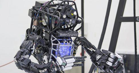 Robô Atlas (Boston Dynamics) pratica tai chi em Hong Kong, outubro/2013. Crédito: Siu Chiu / Reuters