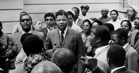 Mandela se dirige à multidão após Julgamento da Rivônia  - Peter Magubane