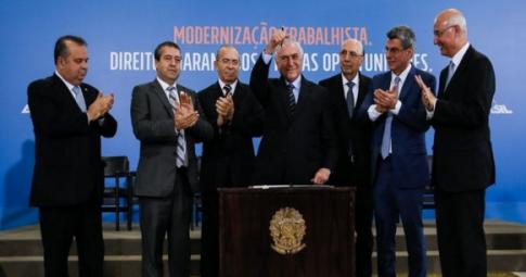 O presidente Michel Temer sanciona a reforma trabalhista ao lado de aliados - Beto Barata/PR