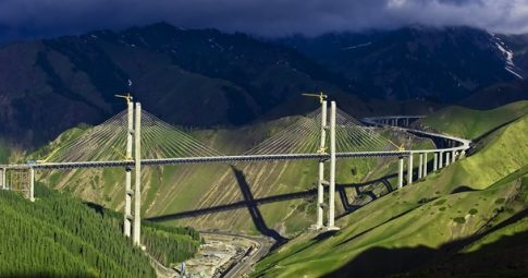 Vista da ponte Guozigou, na região de Xinjiang na China - Reprodução