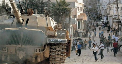 Jovens palestinos lançam pedras contra tanques israelenses na Intifada - Reproduçãi