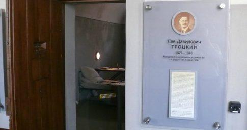 Imagem da antiga cela pertencente a Leon Trotsky nas dependências da Fortaleza de Pedro e Paulo - Reprodução