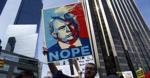Manifestantes protestam contra o presidente estadunidense Donald Trump em março deste ano -  KENA BETANCUR/AFP/GETTY IMAGES