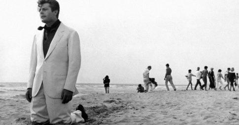 """Cena de """"A Doce Vida"""" de Frederico Fellini. O filme de 1960 seja talvez o maior obra cinematográfica italiana dedica à crítica da frivolidade ou, seguindo Gramsci, da indiferença."""