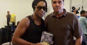 Ronaldinho segura livro escrito por Bolsonaro. Reprodução