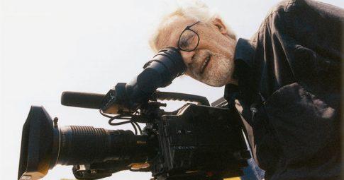 O cineasta Eduardo Coutinho, durante filmagem do documentário 'Peões' - Marcio Bredariol