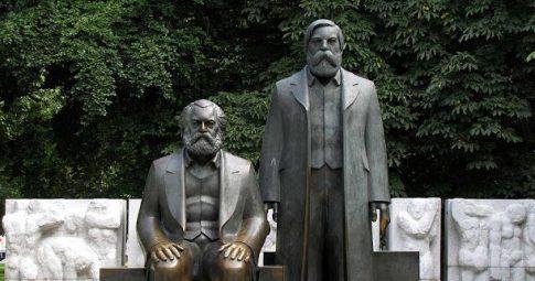 Estátua de Marx e Engels repousa sobre o centro de Berlim - Reprodução