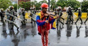 Opositor venezuelano toca violino durante protesto contra o presidente Maduro em Maio de 2017 - Federico Parra / AFP - Getty Images
