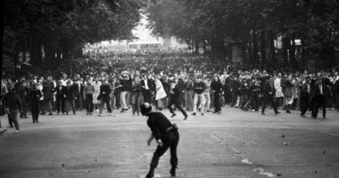 Manifestantes tomam as ruas de Paris em 6 de maio de 1968 - Goksin Sipahioglu