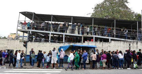 Moradores da cidade de São Paulo enfrentam filas para se vacinar contra a febre amarela - Newton Menezes/Futura Press/Estadão Conteúdo.