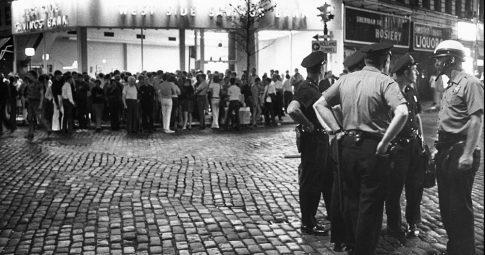 Imagem da última noite dos seis dias de levante em na cidade de Nova York - Credit Larry Morris/The New York Times