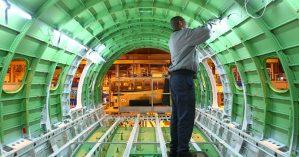 Funcionário na linha de produção de jatos da Embraer, em São José - Claudio Vieira