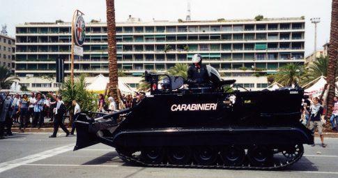 Forças de repressão atuam diante de manifestações contra encontro do G8 em Gênova, em 2001 - Jeanne Menjoulet (flickr)